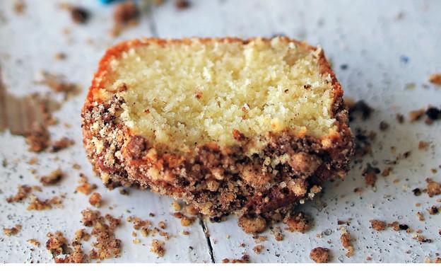 עוגת וניל ופירורי קינמון או קקאו  (צילום: קרן אגם ונופר צור, נשואה למאפייה, הוצאת מודן)