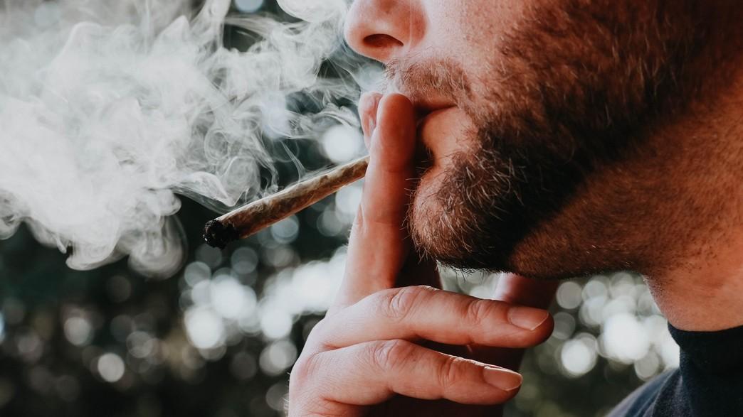 גבר מעשן (צילום:  Elsa Olofsson, unsplash)