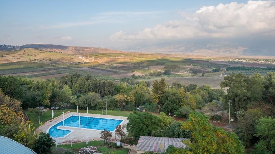 הבריכה החיצונית של מלון כפר גלעדי (צילום: דרור מילר, יחסי ציבור)