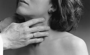אישה עם יד על החזה (צילום:  National Cancer Institute, unsplash)