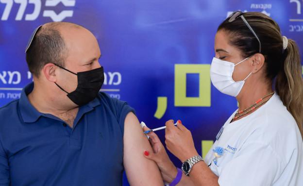 ראש הממשלה נפטלי בנט מקבל את החיסון ה שלישי (צילום: פלאש 90)