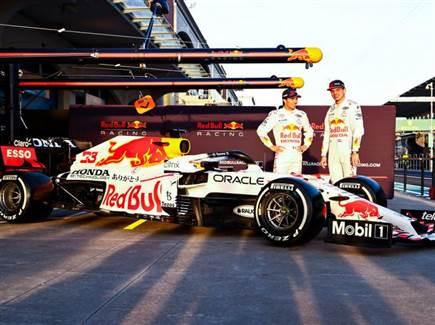 מקס ורשטאפן וסרחיו פרז עם מכונית הונדה-רדבול בהשראת מכונית ה-RA272 (צילום: ספורט 5)