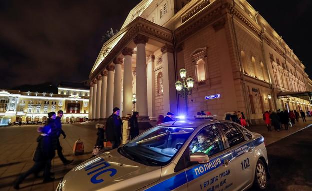 תיאטרון בולשוי ולצידו ניידת משטרה (צילום: רויטרס)