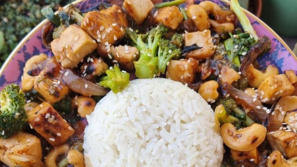 אורז קוקוס בתוספת ברוקולי טופו וקשיו מוקפצים (צילום: רחלי קרוט)