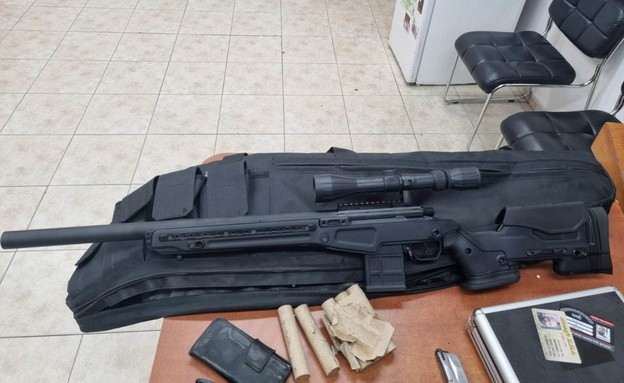"""הנשקים שנתפסו ע""""י המשטרה בסיכול חטיפת אישה ממעון ל (צילום: דוברות המשטרה)"""