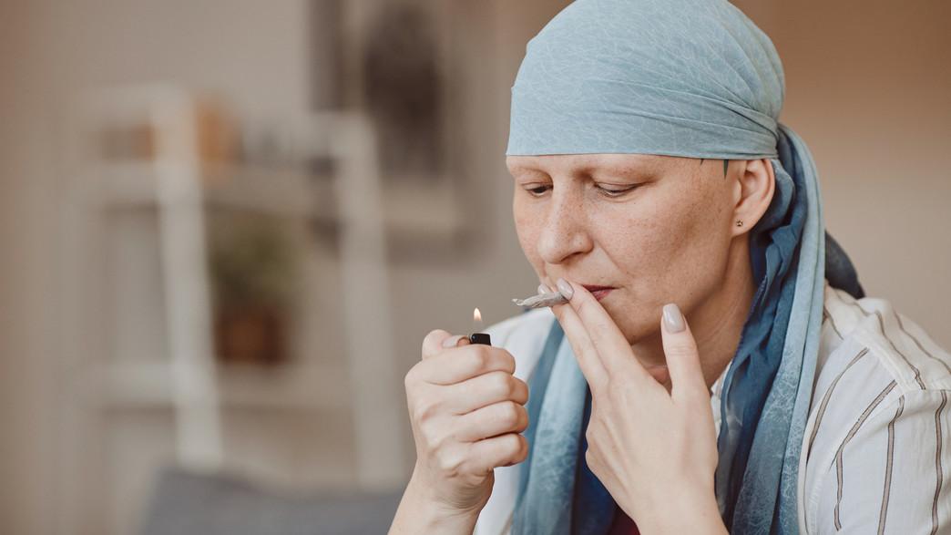 אישה חולת סרטן מעשנת (צילום: SeventyFour, shutterstock)