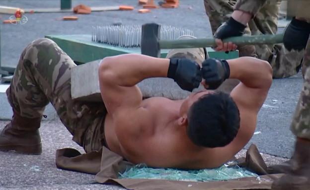 תצוגת שרירים של חיילים צפון קוריאנים (צילום: רויטרס)