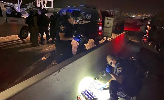 חוקרי המשטרה בזירת האירוע (צילום: דוברות המשטרה)