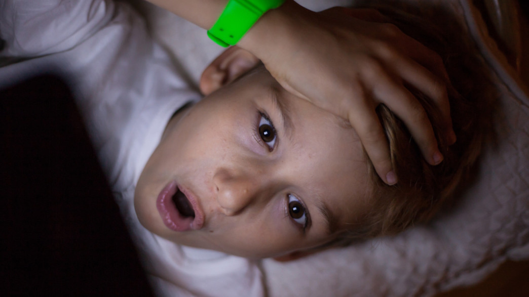 ילד מופתע מול טאבלט  (אילוסטרציה: By Dafna A.meron, shutterstock)