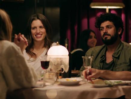 אביגיל ועמוס יושבים במסעדה (צילום: להיות איתה, קשת 12)