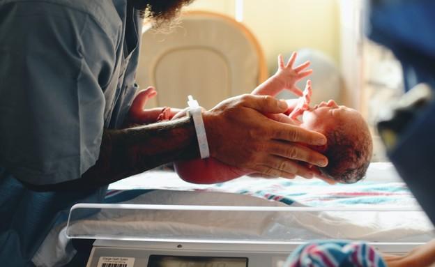 תינוק נשקל אחרי לידה (צילום: Christian Bowen, unsplash)