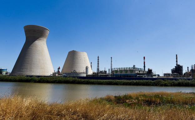 מגדלי הקירור של בתי הזיקוק בחיפה, יוני 2020 (צילום: מאיר ועקנין, פלאש 90)
