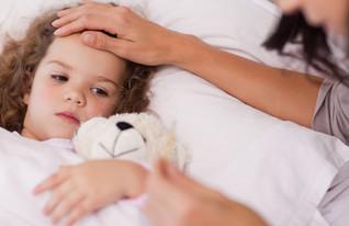 אמא מודדת לילדה חום (צילום: אימג'בנק / Thinkstock)