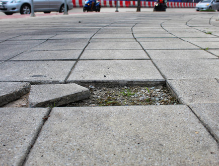 מרצפת שבורה, מדרכה שבורה (צילום: alongkorn chareonphol, shutterstock)