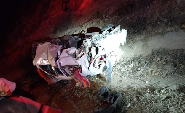 """תאונת דרכים בכביש 310: שני בני אדם נפצעו קשה מנפילת רכב מגשר (צילום: תיעוד מבצעי מד""""א)"""