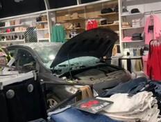 רכב איבד שליטה ונכנס בחנות בגדים  (צילום: כבאות והצלה)