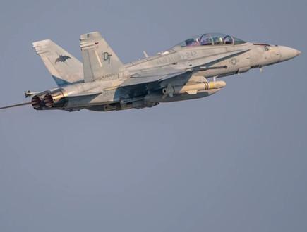 מטוס חמוש בטיסה (צילום: Cpl. Lauren Brune/U.S. Marine Corps)
