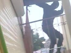 """תושבת עכו תיעדה והבריחה חבורת פורצים (צילום: מתוך """"חדשות הבוקר"""" , קשת 12)"""